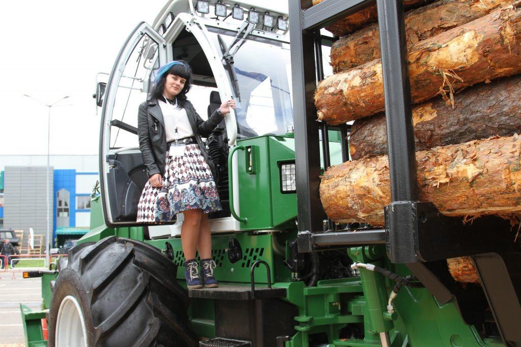 Белорусок научат работать на харвестерах и форвардерах